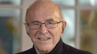 Clive James: Australian broadcaster and author dies aged 80 – BBCNews